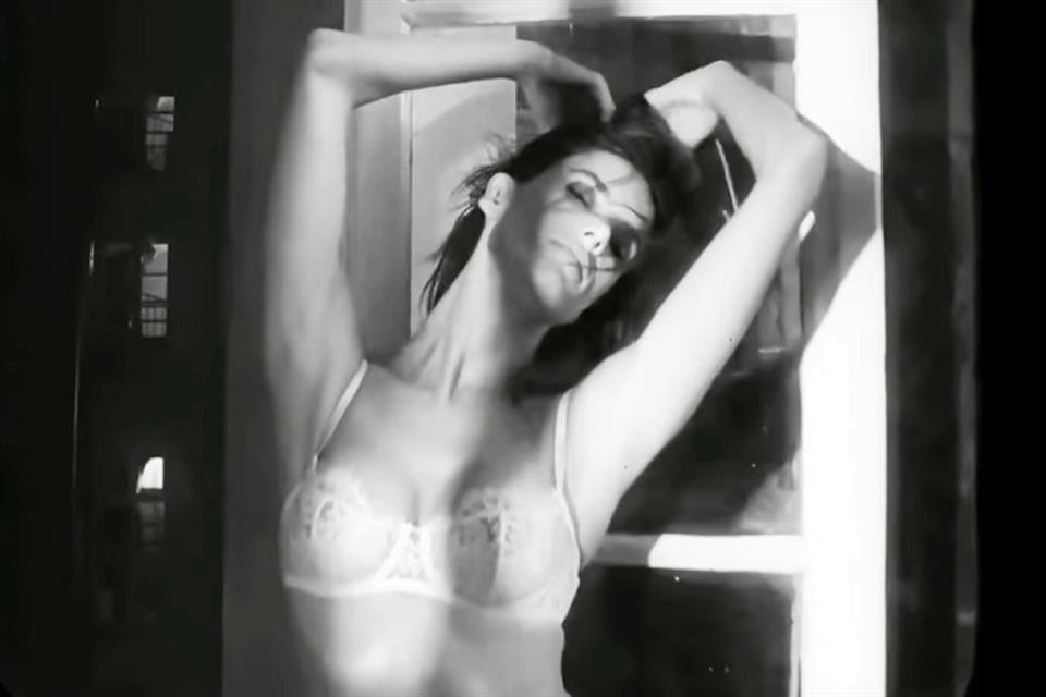 Se Desnuda Alessandra Para Sus Vecinos