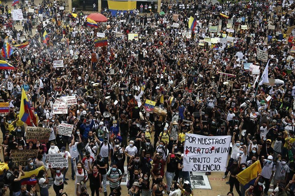 Suman 24 muertos en manifestaciones en Colombia