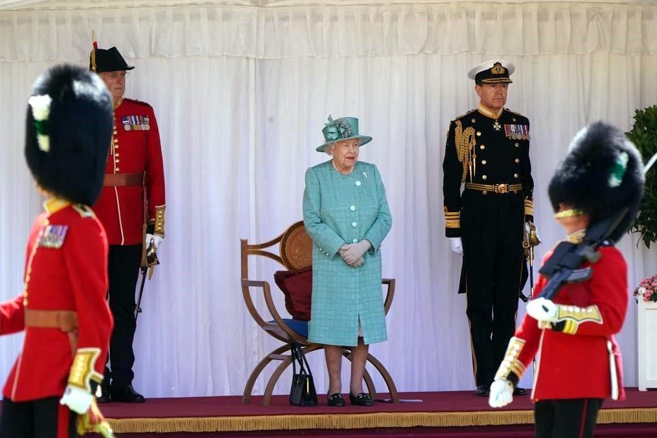 Festeja Reina Isabel cumpleaños con ceremonia reducida