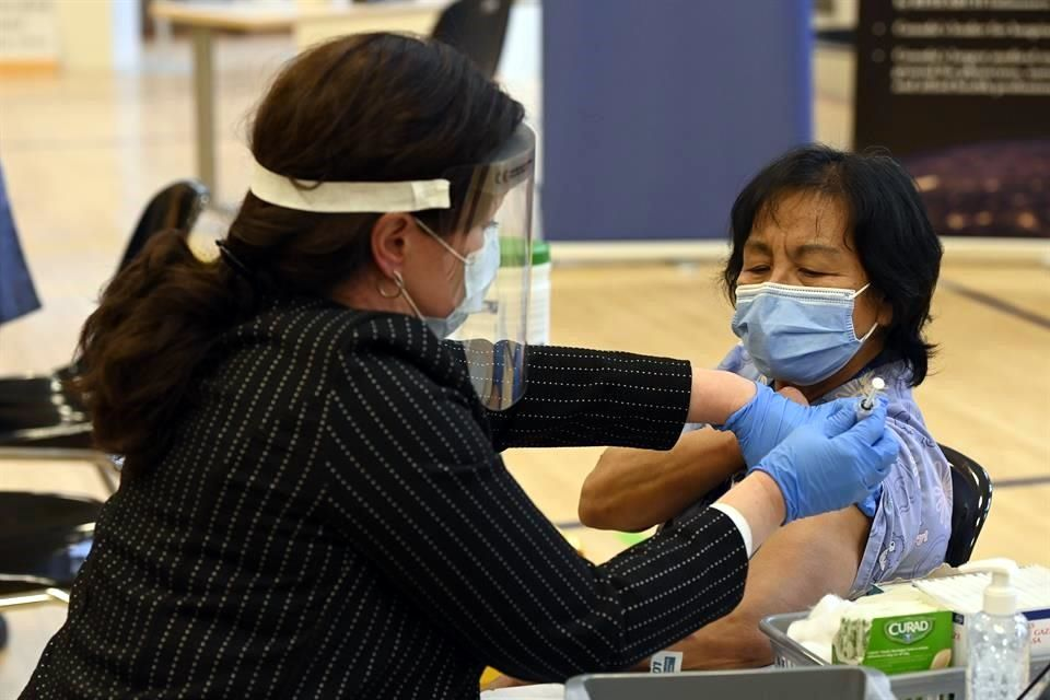 Aplica Canadá primeras vacunas contra Covid