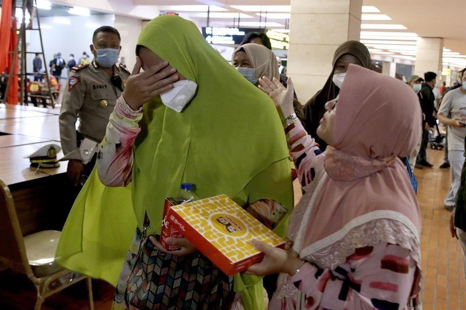 Desaparece avión en Indonesia con 62 personas