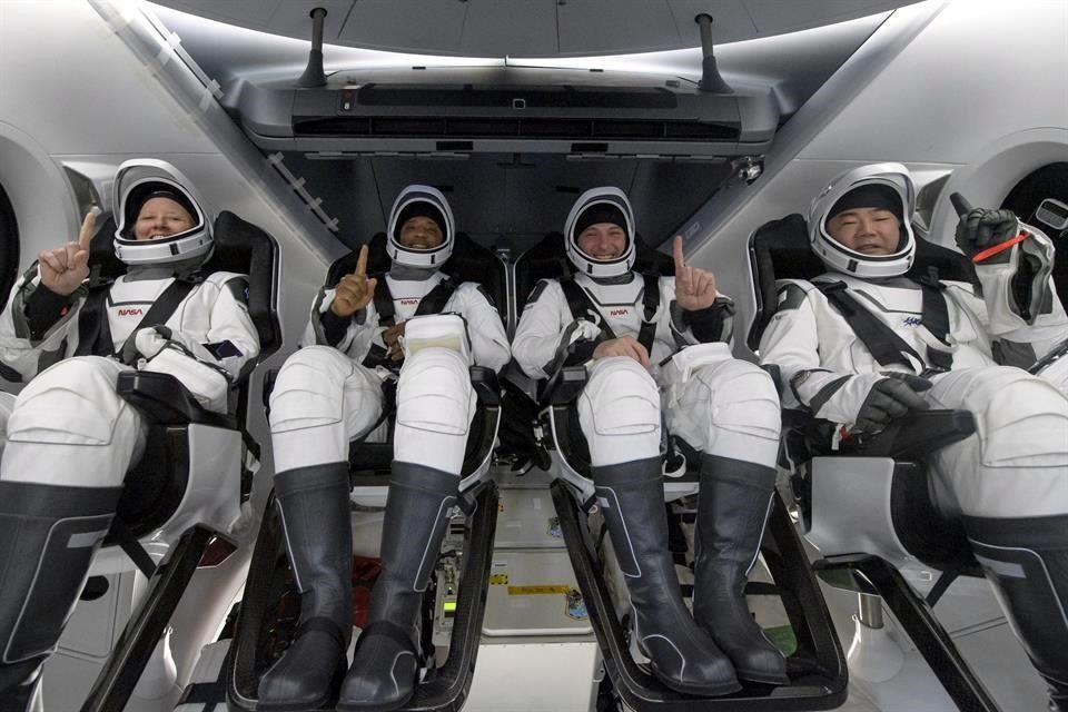 Regresa cápsula de SpaceX con cuatro astronautas a la Tierra