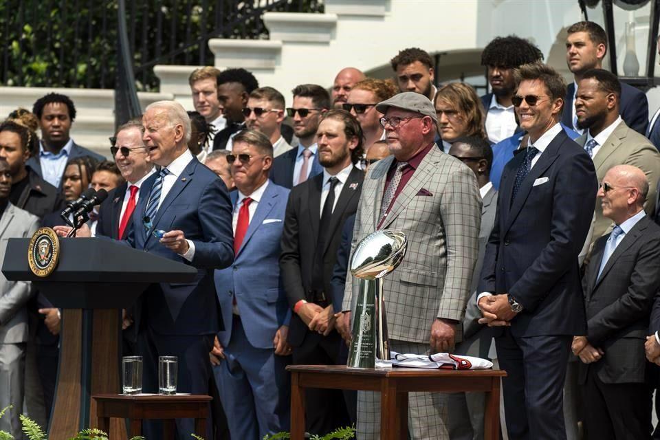 Bucaneros de Tampa Bay visitan a Joe Biden en la Casa Blanca; Tom Brady bromea con el presidente