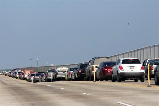 Congestionan puentes en la frontera