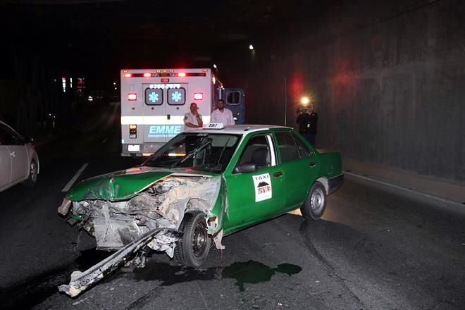 Impacta taxi contra muro en Garza Sada