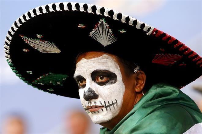 Los mexicanos que acuden al mercado de Moscú están dejando sus sombreros a  cambio de una artesanía rusa. Foto  EFE 64f22ecce2b