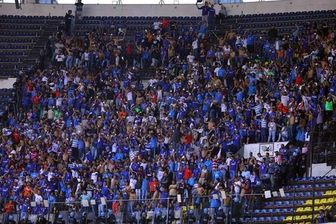 88ff8330ff9 La afición de Cruz Azul responde bien en el Estadio Azteca. Foto  Archivo